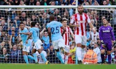 Com Fernandinho (número 25) à frente, Gabriel Jesus, ao fundo, comemora um de seus gols na vitória do Manchester City sobre o Stoke Foto: JASON CAIRNDUFF / Action Images via Reuters