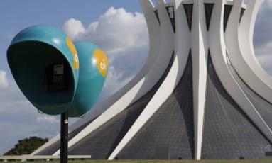 Orelhão Oi na Catedral de Brasília Foto: Michel Filho / Michel Filho/Agência O Globo/09-03-2017