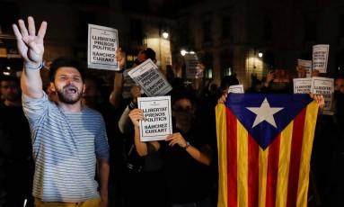 Manifestantes protestam contra prisões de líderes separatistas catalães Foto: GONZALO FUENTES / REUTERS