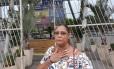 A dona de casa Ana Cristina Soares, de 50 anos, fez exame na Vila da Penha e saiu do Rio Imagem com o resultado da mamografia Foto: Marcos Nunes / Agência O Globo