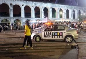 Ação de agentes do Lapa Presente na noite carioca. Imagem de 17/04/2016 Foto: Rogério Santana / Agência/O Globo