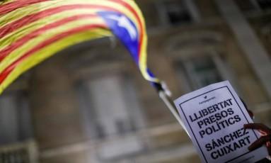 Bandeira catalã em protesto contra a prisão de presos políticos Foto: GONZALO FUENTES / REUTERS