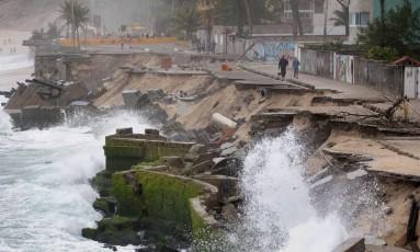 O afundamento do calçadão causou enormes prejuízos Foto: Marcio Alves / Agência O Globo