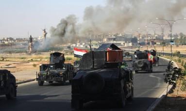 Forças iraquianas avançam em direção ao centro de Kirkuk durante uma operação contra combatentes curdos Foto: AHMAD AL-RUBAYE / AFP