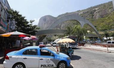 Um carro da PM num acesso à Rocinha Foto: Pablo Jacob