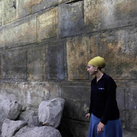 A arqueóloga Tehillah Lieberman apresenta o trecho do Muro das Lamentações descoberto em Jerusalém Foto: MENAHEM KAHANA / AFP