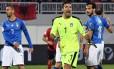 Gianluigi Buffon (ao centro), goleiro da Itália Foto: GENT SHKULLAKU / AFP