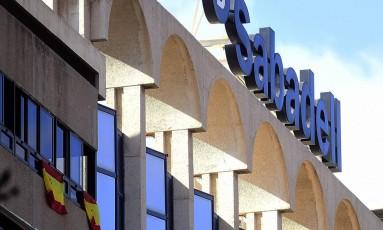 Banco Sabadell, segundo maior da Catalunha, já abandonou sua sede social na região em período de alta tensão Foto: JOSE JORDAN / AFP
