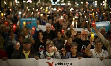 Com velas, manifestantes marcham em avenida de Barcelona contra prisão de líderes separatistas Foto: Manu Fernandez / AP