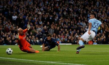 Gabriel Jesus bate para o gol e marca o segundo na vitória do Manchester City sobre o Napoli Foto: PHIL NOBLE / REUTERS
