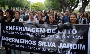 Enfermeiros e pacientes protestam contra decisão que limita atuação da categoria em frente ao Cremerj Foto: Tomaz Silva / Agência Brasil
