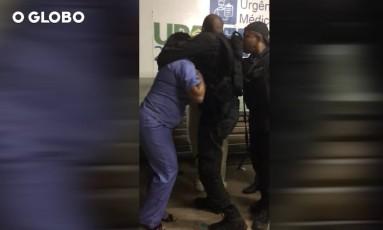 Policial tenta conter médica na UPA Cabuçu, em Nova Iguaçu Foto: Reprodução