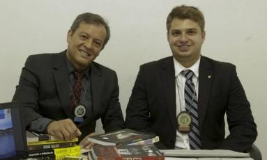Pereira (à esquerda) e Carnevale, da Delegacia de Homicídios: desvendando crimes Foto: Agência O Globo / Gabriel de Paiva