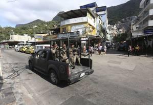 Patrulhamento. Uma equipe do Bope passa por um dos acessos à favela: reforço da PM ainda não deu tranquilidadea Foto: Fabiano Rocha / Agência O Globo