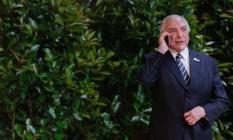 Temer usando celular: apesar de sistema desenvolvido pela Abin, presidente usa linhas pessoais Foto: Beto Barata/Presidência da República/7-7-2017