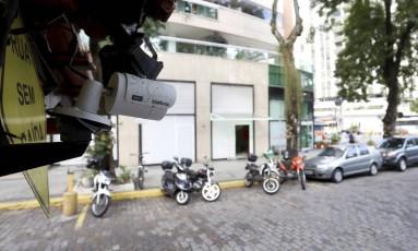 Monitoramento. Câmera na Rua Viúva Lacerda, no Humaitá: 125 pontos de Botafogo e arredores ganharão equipamentos; custo de manutenção será dividido entre condomínios Foto: Marcelo Theobald / Agência O Globo