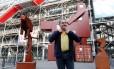 """Artista Joep van Lieshout posa diante da obra """"Domestikator"""" em Paris Foto: CHARLES PLATIAU / REUTERS"""