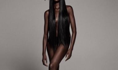 Duckie Thot já foi comparada à Barbie, após um clique que ela compartilhou no Instagram levar os internautas à loucura pela semelhança com a boneca. No mundo da moda, ela vem conquistando seu espaço, com trabalhos para as grifes de Kanye West, de Rihanna para a Puma, e até no calendário Pirelli 2018, onde ela posa como Alice. Nesta fotogaleria, mostramos que a beleza desta australiana-sudanesa vai muito além da comparação com a boneca Foto: Reprodução Instagram