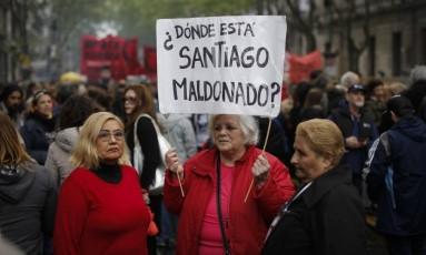 """Em manifestação na Praça de Maio, no coração de Buenos Aires, manifestante segura placa que diz: """"Onde está Santiago Maldonado?"""" Foto: Victor R. Caivano / AP"""