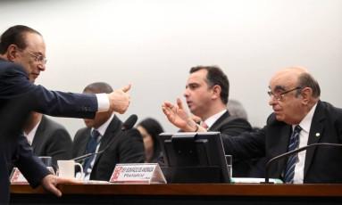 Paulo Maluf, Rodrigo Pacheco e Bonifácio de Andrada na Comissão de Constituição e Justiça (CCJ) da Câmara, que discute parecer da denúncia contra Temer Foto: Jorge William / Agência O Globo