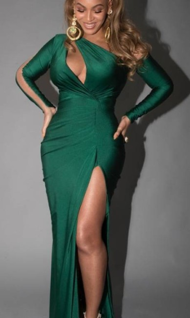 O vestido com decote de um ombro só feito sob medida por Walter Mendez tinha fenda ousada e recorte que destava os seios Reprodução Instagram