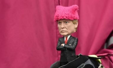 Um dia após posse de Trump, manifestante levou boneco que imita o presidente para protesto contra suas promessas de campanha Foto: ROBYN BECK / AFP
