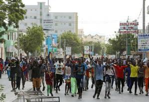 Moradores de Mogadíscio, na Somália, protestam contra ataque que deixou 302 mortos e cerca de 400 feridos Foto: FEISAL OMAR / REUTERS