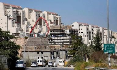 Em agosto, trabalhadores constroem novas casas para assentamento em Kiryat Arba, ao leste de Hebron Foto: HAZEM BADER / AFP