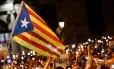Manifestantes seguram velas e bandeiras pró-independência durante um protesto contra a prisão de dois líderes separatistas catalães Foto: PAU BARRENA / AFP