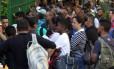 Trabalhadores da construção civil tentam evitar o desconto de contribuição sindical levando uma carta ao sindicato. Foto: Paulo Nicolella/Agência O Globo