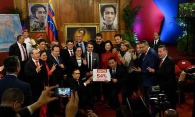 O presidente venezuelano, Nicolás Maduro, tira fotos com um grupo de governadores eleitos após uma entrevista coletiva no Palácio Miraflores, em Caracas Foto: FEDERICO PARRA / AFP