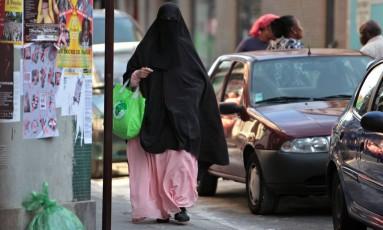 Muçulmana caminha em Paris Foto: Thibault Camus / AP