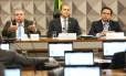 O deputado federal Carlos Marun (à esquerda), durante reunião da CPI da JBS, ao lado do senador Ataídes Oliveira e do diretor-jurídico da JBS, Francisco Assis e Silva Foto: Ailton de Freitas / Agência O Globo