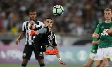 Rodrigo Pimpão tem sido um dos jogadores mais importantes do Botafogo na temporada; contra o Avaí, ele tenta superar a má fase Foto: Marcio Alves / Agência O Globo