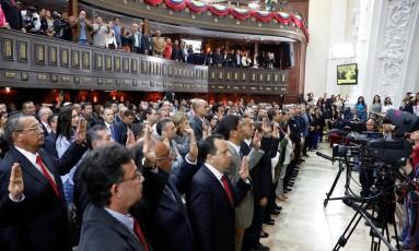 Os governadores eleitores fazem juramento na Assembleia Nacional Constituinte no Palácio Legislativo em Caracas Foto: MARCO BELLO / REUTERS