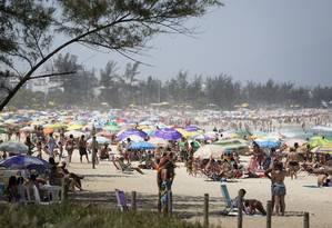 No feriado do dia 12, quinta-feira, Praia do Recreio ficou lotada próximo ao Posto 11 Foto: Fernando Lemos / Agência O Globo