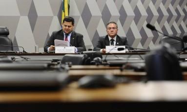 Os senadores Davi Alcolumbre (DEM-AP) e Roberto Rocha (PSDB-MA), presidente e relator da CPI do BNDES Foto: Marcos Oliveira/Agência Senado
