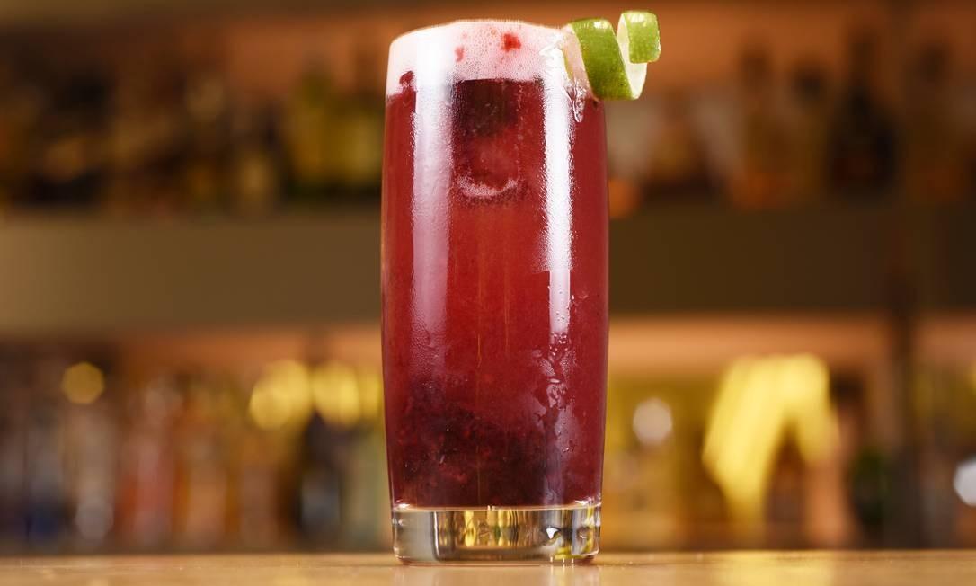 No Quadrifoglio, a pedida cor-de-rosa é drinque Libido (R$ 28), que combina frutas Vermelhas, espumante rosé, pimenta rosa, gin, tequila, sour mix e licor de cassis. Village Mall. Av. das Américas 3.900, Piso L3, Loja 304, Barra — 3252-2652. Seg a qui, do meio-dia às 23h. Sex e sáb, do meio-dia à meia-noite. Dom e feriados, do meio-dia às 22h Foto: Divulgação/Bruno de Lima