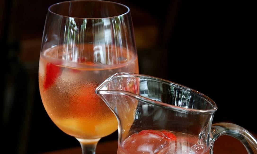 No iVenga! Chiringuito, a Sangria de Fresas (R$ 95 a jarra de um litro) é feita com espumante rosé, refrigerante de limão, conhaque e frutas, entre elas o morango. Av. Atlântica 3.880, Copacabana — 3264-9806. Seg a qua, do meio-dia à meia-noite. Qui a sáb, do meio-dia à 1h. Dom, do meio-dia à meia-noite Foto: Divulgação/Camilla Maia