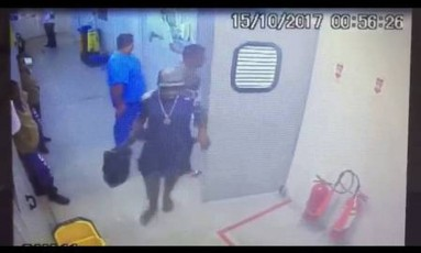 Bandidos armados dentro da UPA da Maré Foto: Reprodução