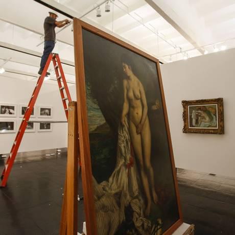 'A banhista e o cão grifon', de Renoir, na montagem da exposição 'Histórias da sexualidade' no Masp Foto: Edilson Dantas / Agência O Globo