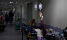 Sem lugar para todos. Pacientes são internados no corredor da emergência do Hospital Municipal Salgado Filho: há desde vítimas de Acidente Vascular Cerebral a doentes à espera de uma cirurgia para tirar pedra da vesícula Foto: Antônio Scorza / Agência O Globo