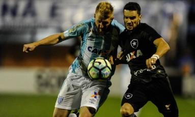 Rodrigo Pimpão disputa jogada no empate entre Botafogo e Avaí Foto: Eduardo Valente/FramePhoto/Agência O Globo