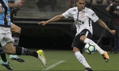 Gabriel, do Corinthians, arrisca uma finalização no 0 a 0 com o Grêmio Foto: Daniel Augusto Jr./Agência Corinthians