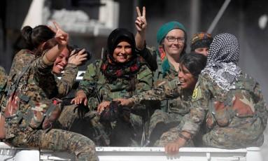 Combatentes das Forças Democráticas Sírias (FDS) fazem sinais de vitória em celebração pela reconquista de Raqqa, capital do Estado Islâmico na Síria Foto: ERIK DE CASTRO / REUTERS