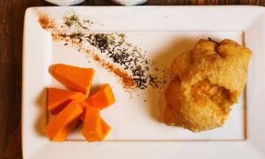 Empanada de abóbora com muçarela e cebola caramelizada do Tragga Foto: Felipe Azevedo