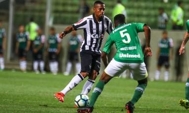 Robinho e Moisés Ribeiro se desentenderam em jogo do Brasileirão Foto: Bruno Cantini/Atlético-MG/Divulgação