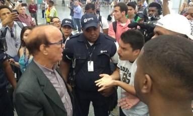 Gerente de futebol Antônio Lopes ouviu reclamações Foto: Augusto Decker