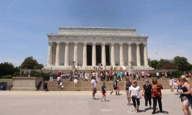 Lincoln Memorial, erguido em 1922, o monumento homenageia o presidente que garantiu a união do páis após a Guerra Civil e assinou o Ato de Emancipação que culminou com a abolição da escravatura Foto: Léa Cristina / Agência O Globo