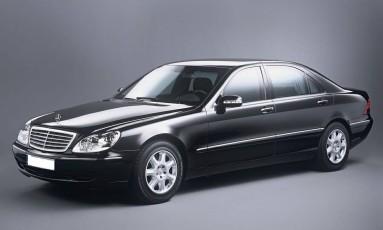 O mais valioso do lote é o circunspecto Mercedes S500 preto e blindado Foto: Reprodução